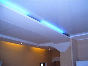Потолочная подсвечивание с помощью люминесцентных ламп линейного типа