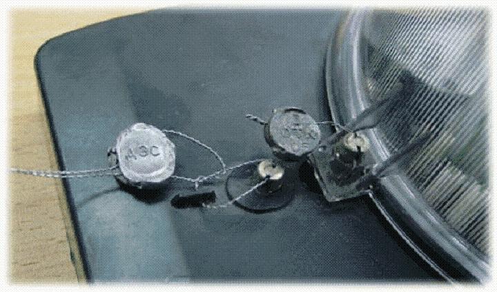 Пломбы на корпусе и крышке счетчиков