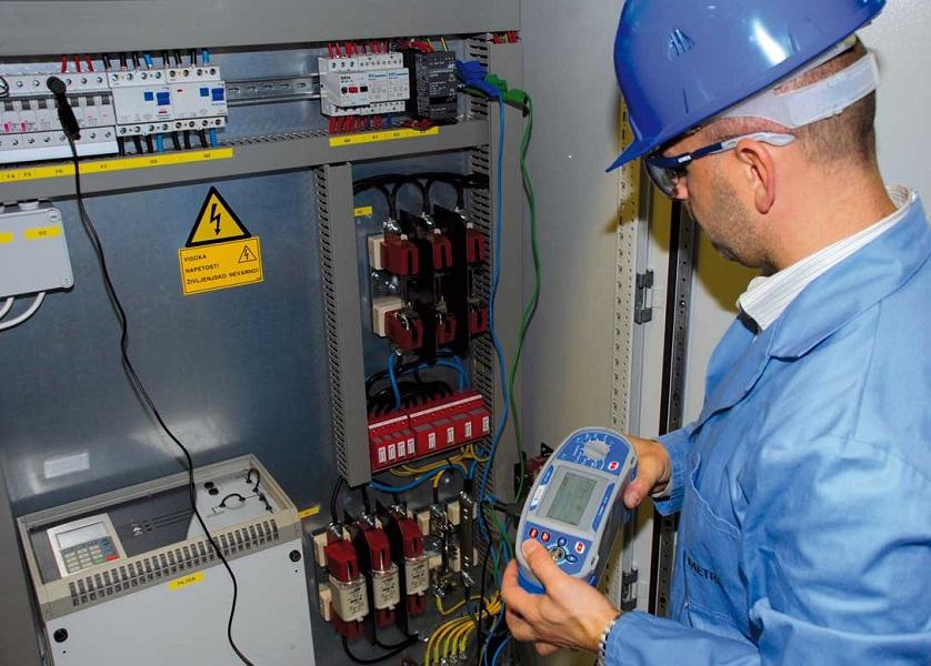 Электроработы проводятся с приборами обнаружения электрического тока