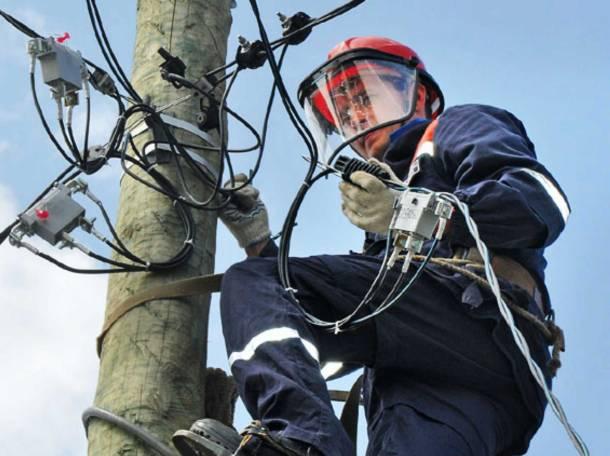 Электрик проводит установку СИП