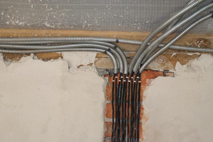 Монтаж электропроводки в гофре может производиться по любым поверхностям