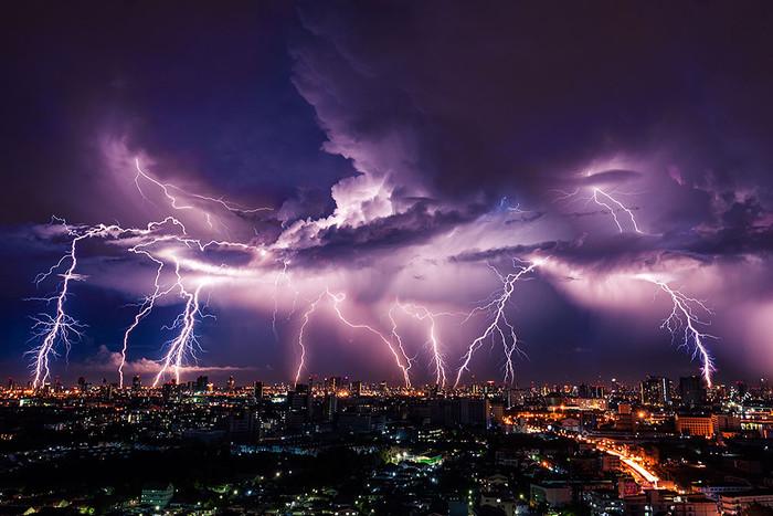 Молнии образуются в грозовых облаках и несут угрозу зданиям