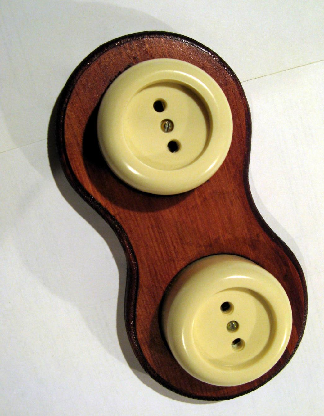 Классический деревянный подрозетник