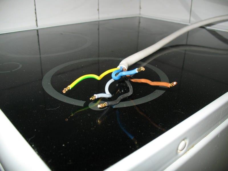 Для решения задачи, кроме кабеля питания и электроплиты, понадобится тщательное изучение монтажных технологий