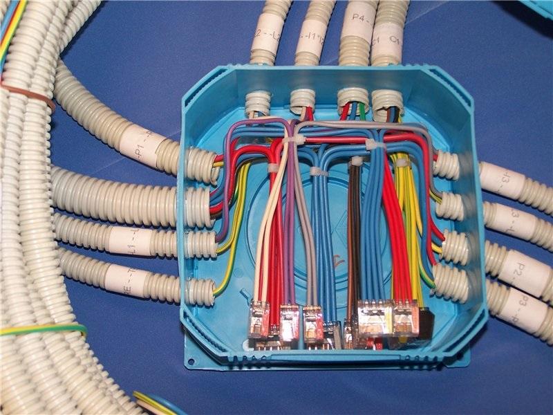 При большом количестве проводов случайные ошибки исключают с применением разноцветных оболочек