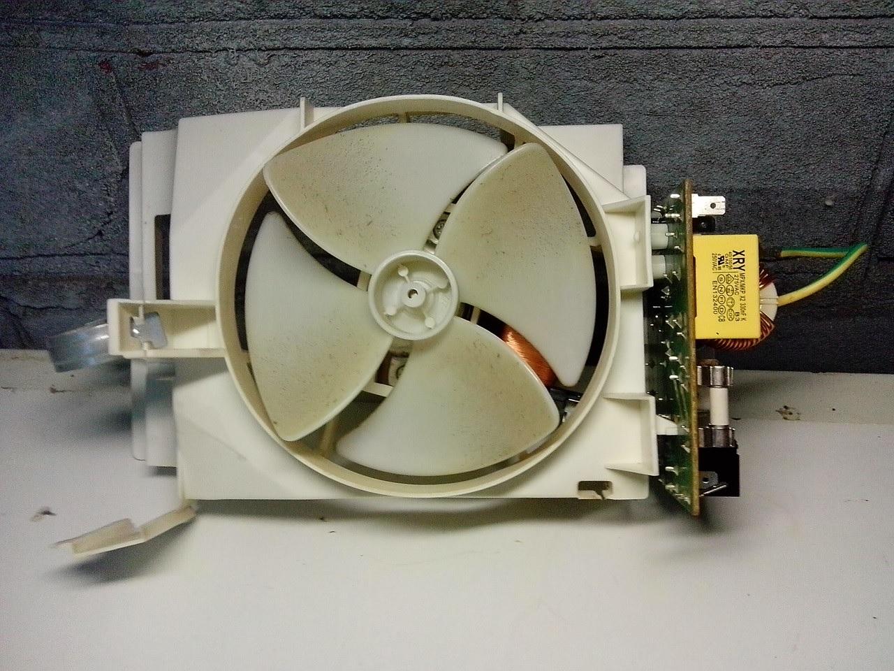 Вентилятор обеспечивает эффективное охлаждение проводников, которые установлены в микроволновой печи