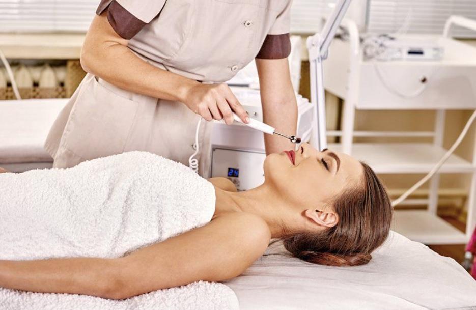 В косметологии гальванический разряд малой интенсивности применяют для улучшения функционального состояния кожных покровов, удаления отдельных дефектов