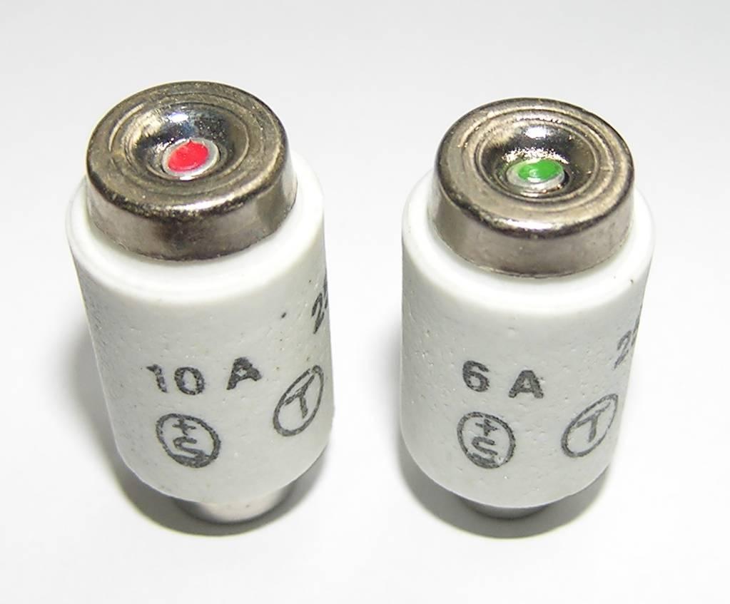 В типовых предохранителях, кроме цифровых обозначений, номинальную силу тока указывают цветными метками