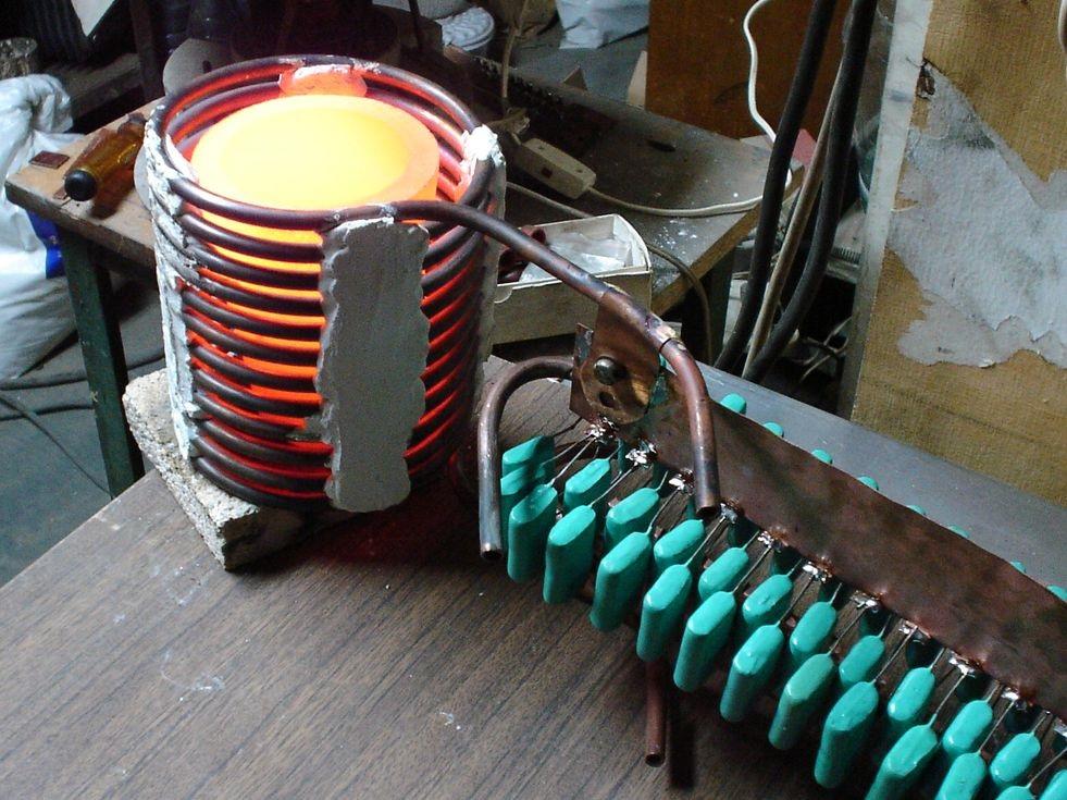 При увеличении тока можно нагреть металлы (сплавы) до температуры плавления