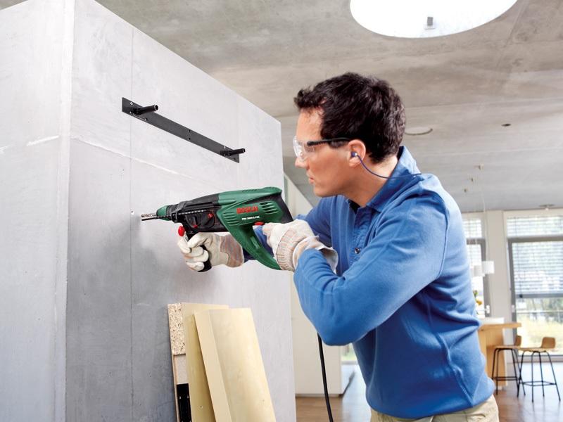 С помощью перфоратора сверление отверстий в прочных железобетонных стенах выполняется быстро и без чрезмерных усилий
