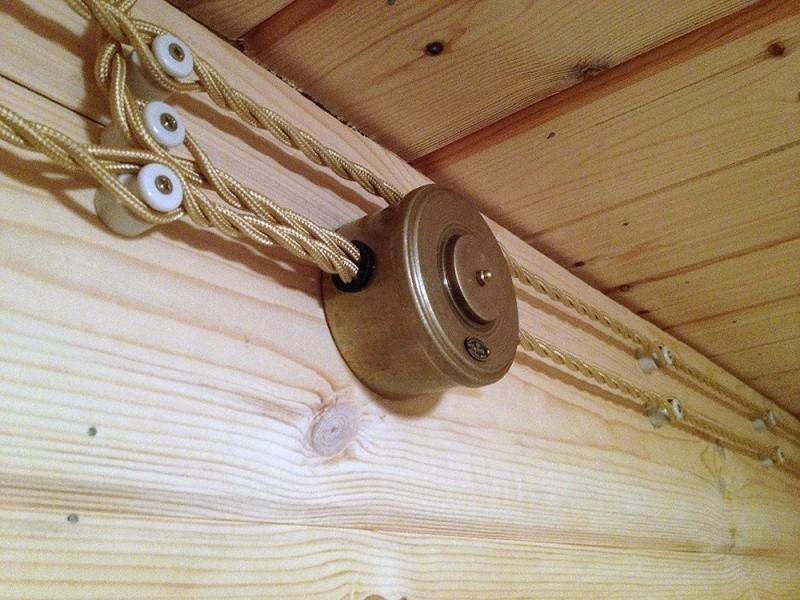 Ретро-проводка на деревянной стене