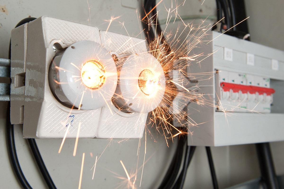 Плавкая вставка предохранителя сгорает и разрывает цепь электропитания