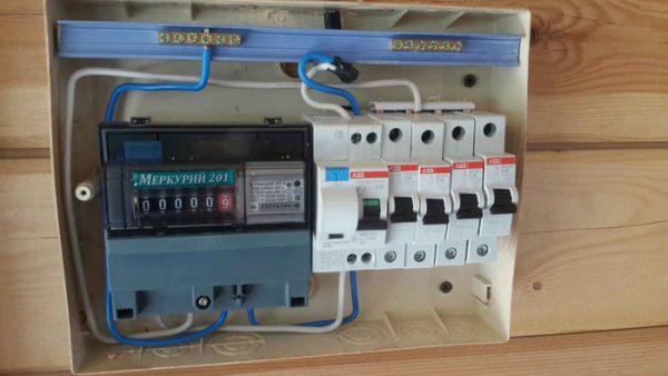 На передней панели электросчетчика совершенная электротоком работа отображается в киловатт-часах