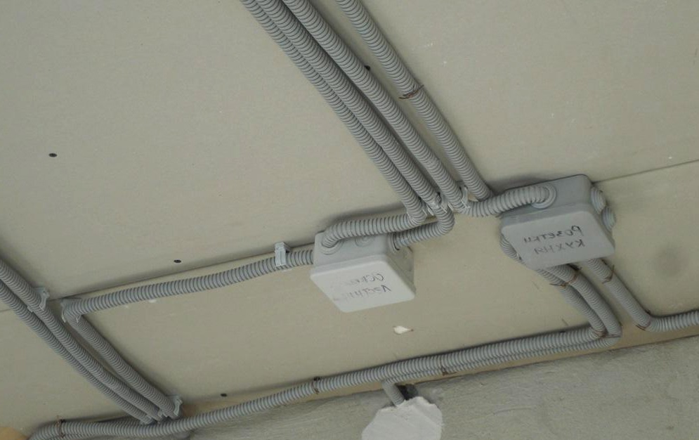 Монтаж проводки в гофрированных гибких трубах под конструкцией подвесного потолка